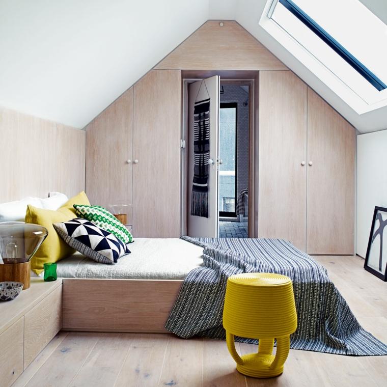 camera da letto in legno chiaro con cuscini gialli, verdi, bianchi e neri, come arredare una mansarda piccola