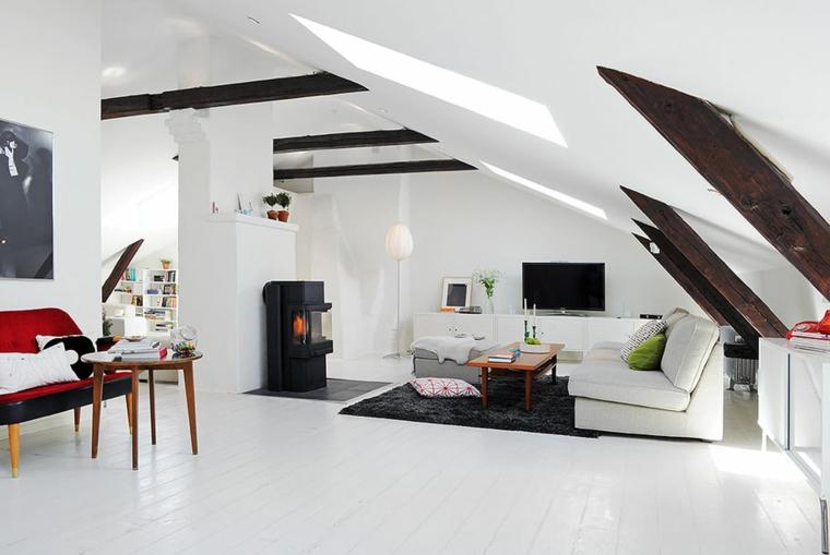divano bianco e tappeto nero, stufa moderna nera, pareti e pavimento bianchi, mansarda open space