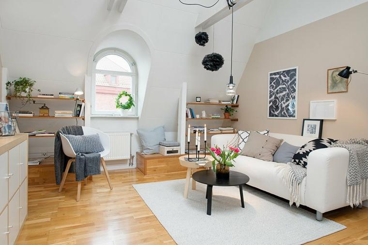 zona living con divano e tappeto bianchi, tavolino nero e in legni, lampadario a sospensione, idee mansarda