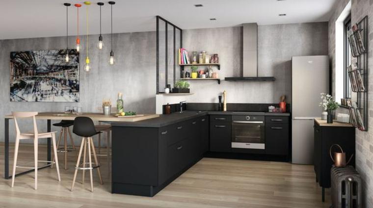 pareti grigio chiaro, pavimento in parquet, mobili della cucina neri ad angolo e tavolo da pranzo in legno chiaro, open space arredamento