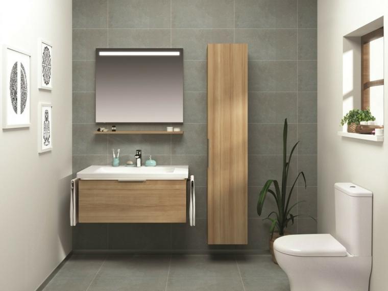 Arredare il bagno con mobile di legno e armadietto, sanitari monoblocco di colore bianco