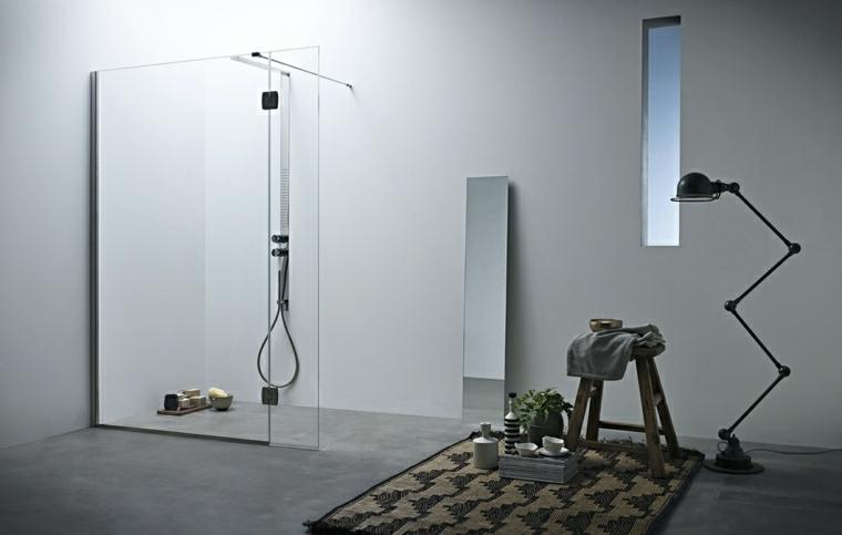 Bagni moderni e un'idea di arredamento con accessori di design, box doccia di vetro e rubinetti di acciaio inox