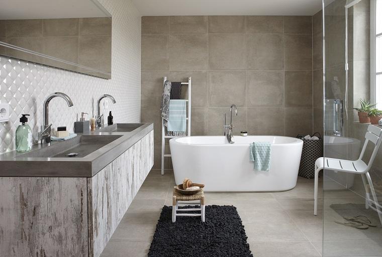 Idee bagno piastrelle di colore diverso, arredamento con mobile sospeso e due lavabi
