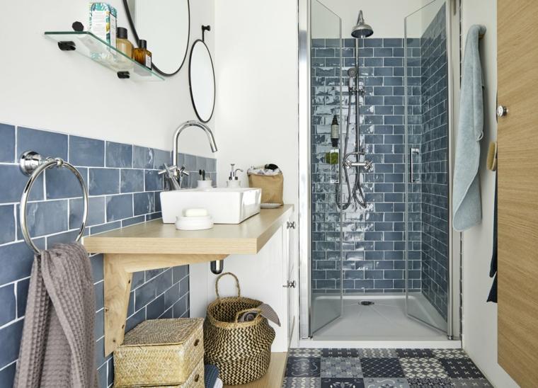 Bagni moderni con doccia, mobile lavabo da appoggio in legno, piastrelle di colore blu