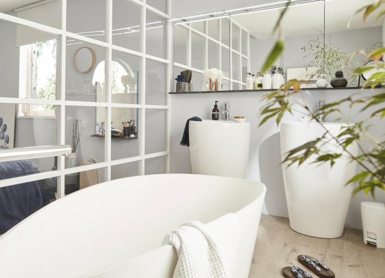 Idee rivestimento bagno, sala da bagno con pavimento in legno e una vasca