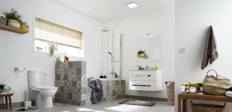 Idee rivestimento bagno, sala da bagno con vasca rivestita in piastrelle