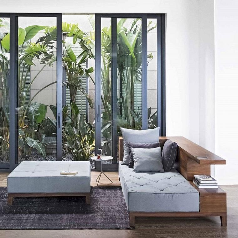 Giardino giapponese con vetrate, tante piante sempreverdi dalle foglie grandi