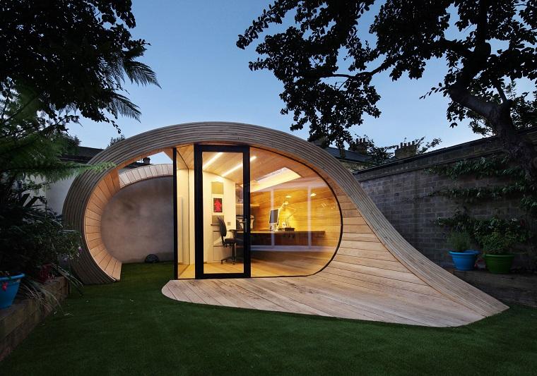 Alberi da giardino sempreverdi e prato verde, casetta di legno dal design particolare
