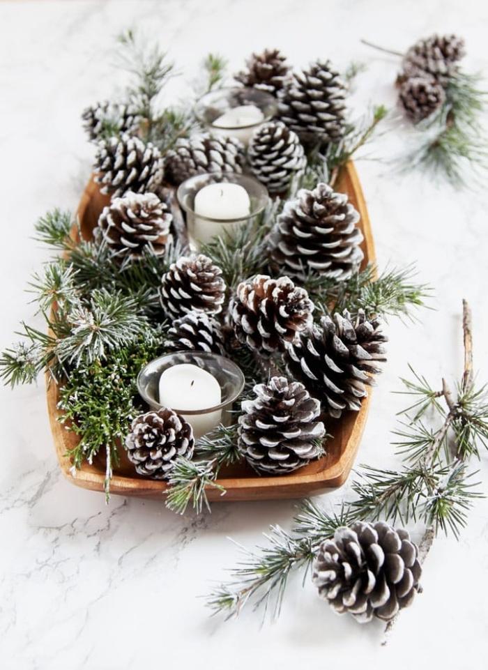 Centrotavola natalizio fai da te, piatto di legno, piatto con pigne