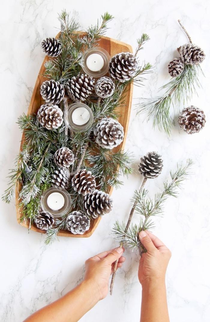 Tavole natalizie, piatto di legno, piatto con pigne