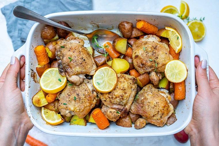 Ricette estive secondi piatti con pollo e verdure preparate in pirofila al forno