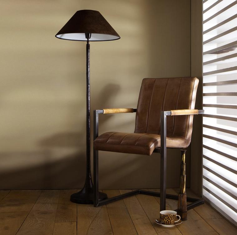 esempio di abbinamento colori pareti tortora tono su tona, poltrona e lampada in stile vintage