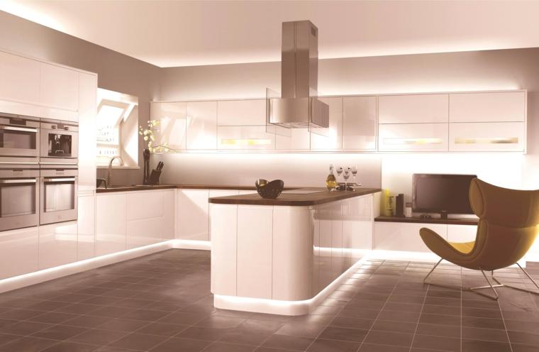 soluzione all'avanguardia per arredare cucine moderne con penisola bianche con la parte inferiore de mobili luminosa