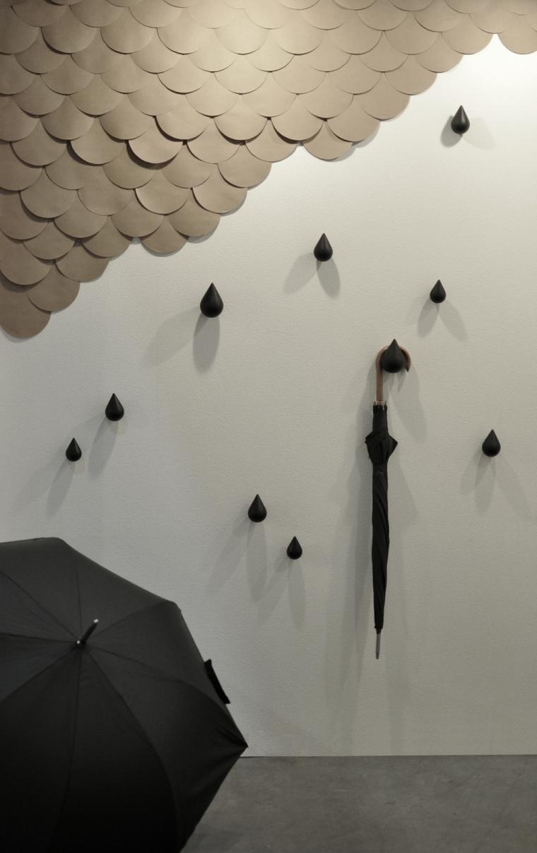 esempio di abbinamento color tortora, parete originale con decorazioni tonde e gocce di pioggia