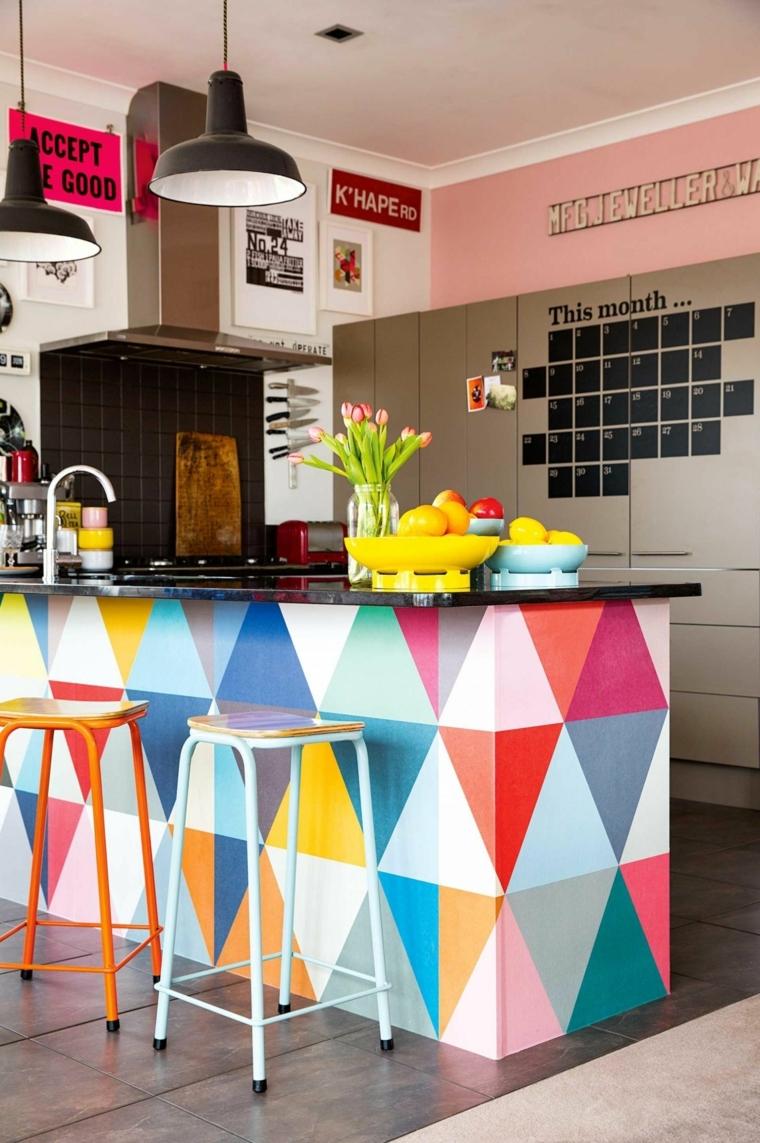 esempio di cucine moderne piccole con isola con triangoli colorati, sgabelli colorati e pareti rosa