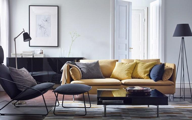 Salotti moderni e un'idea con divano due posti di colore giallo e tavolino basso nero e lucido