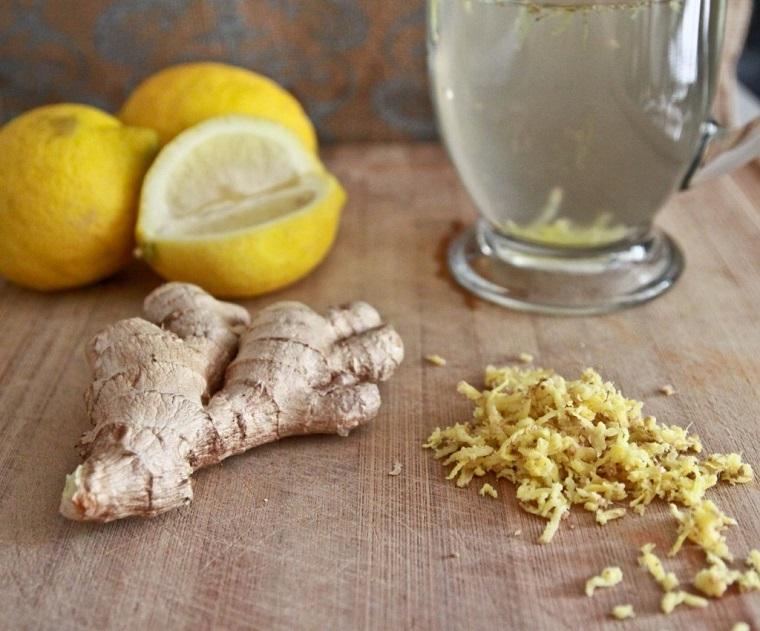 Radice di zenzero grattugiata e limoni, ingredienti per preparare l'acqua detox