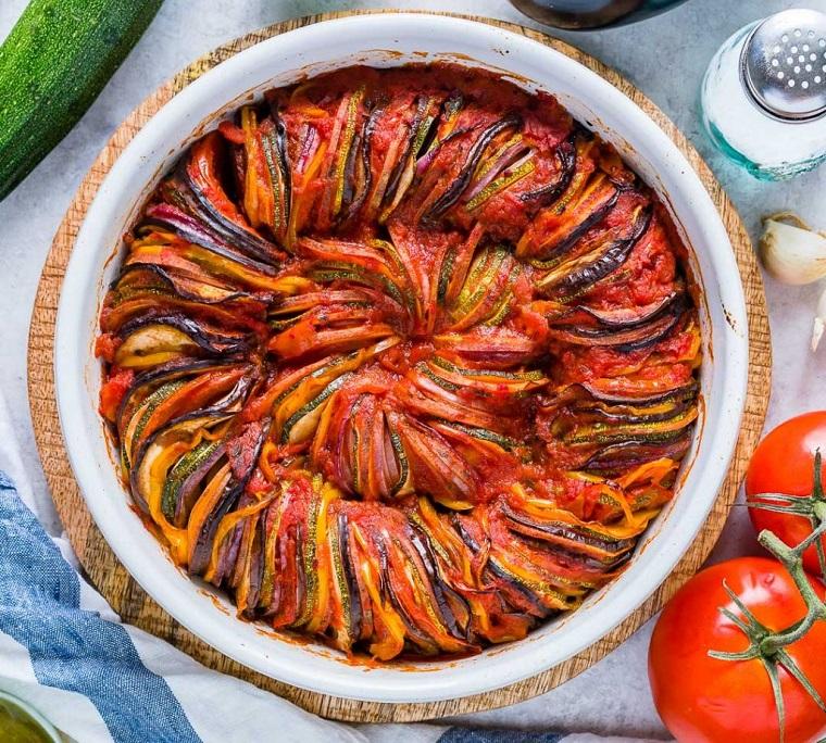 Una pirofila con ratatouille di verdure a rondelle, ricette estive secondi piatti vegetariani