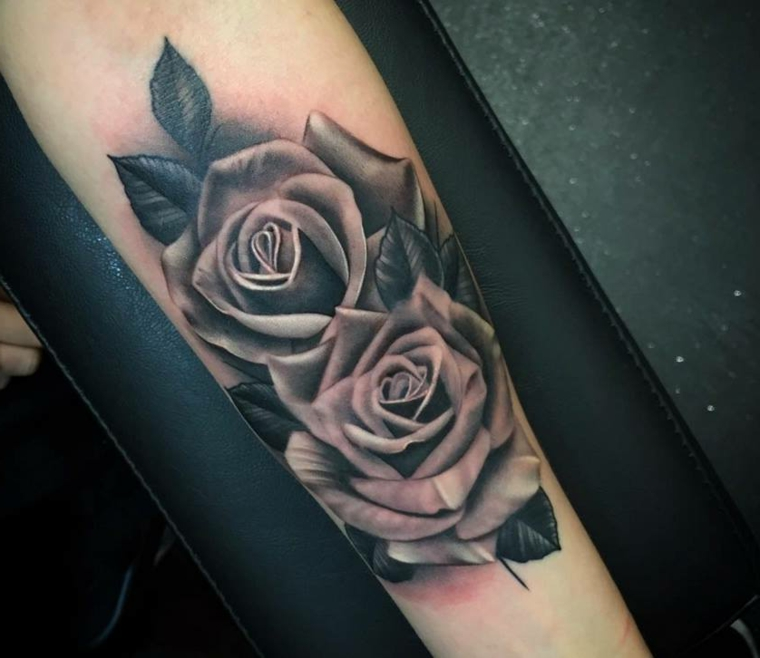bellissima idea per tattoo rose nere sul braccio, due rose realistiche con delle foglie