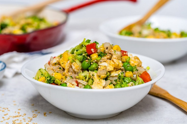 Idee per ricette secondi piatti con verdure, servito in una ciotola di colore bianco