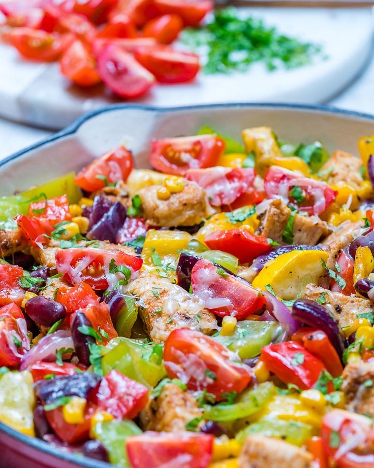 Piatti estivi veloci con petto di pollo tagliato a pezzettini e tante verdure