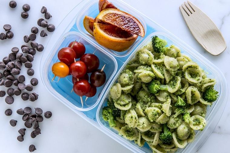 Secondi piatti semplici e gustosi, pasta orecchiette con pesto e broccoli, scomparto scatola con pomodorini e arance