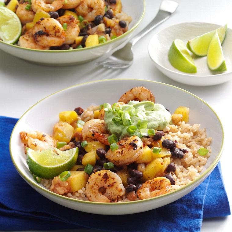 Ricette veloci estive per cena, risotto con scampi e salsa guacamole, condimento con lime ed erba cipollina