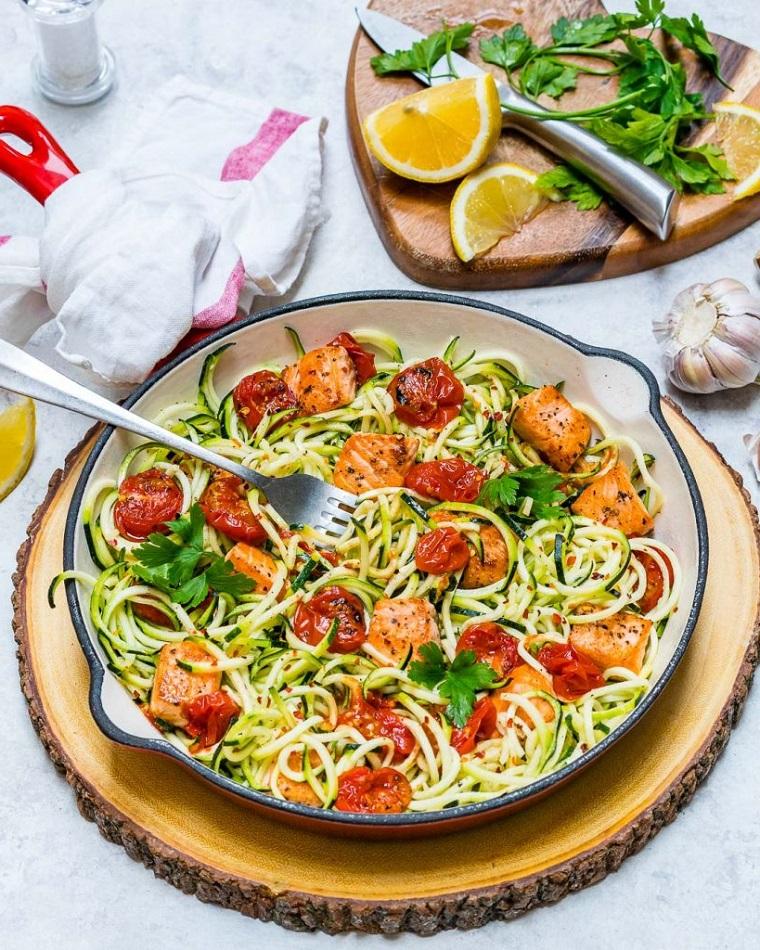 Ricette secondi piatti, idea con filetto di salmone tagliato a pezzettini e zucchine tagliate a fiammifero