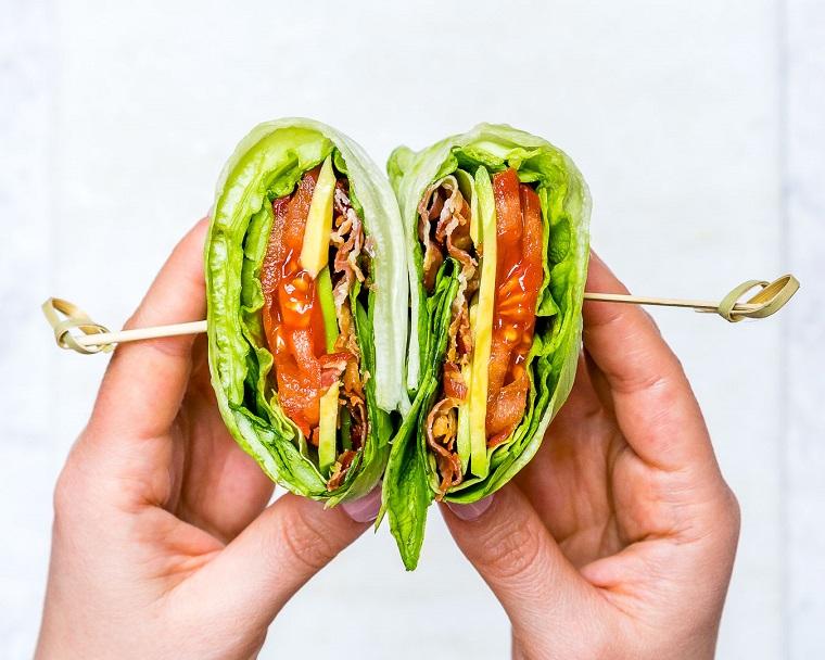 Ricette estive secondi piatti, piadina con foglie di lattuga e formaggio, tenuta da due stecchini di legno