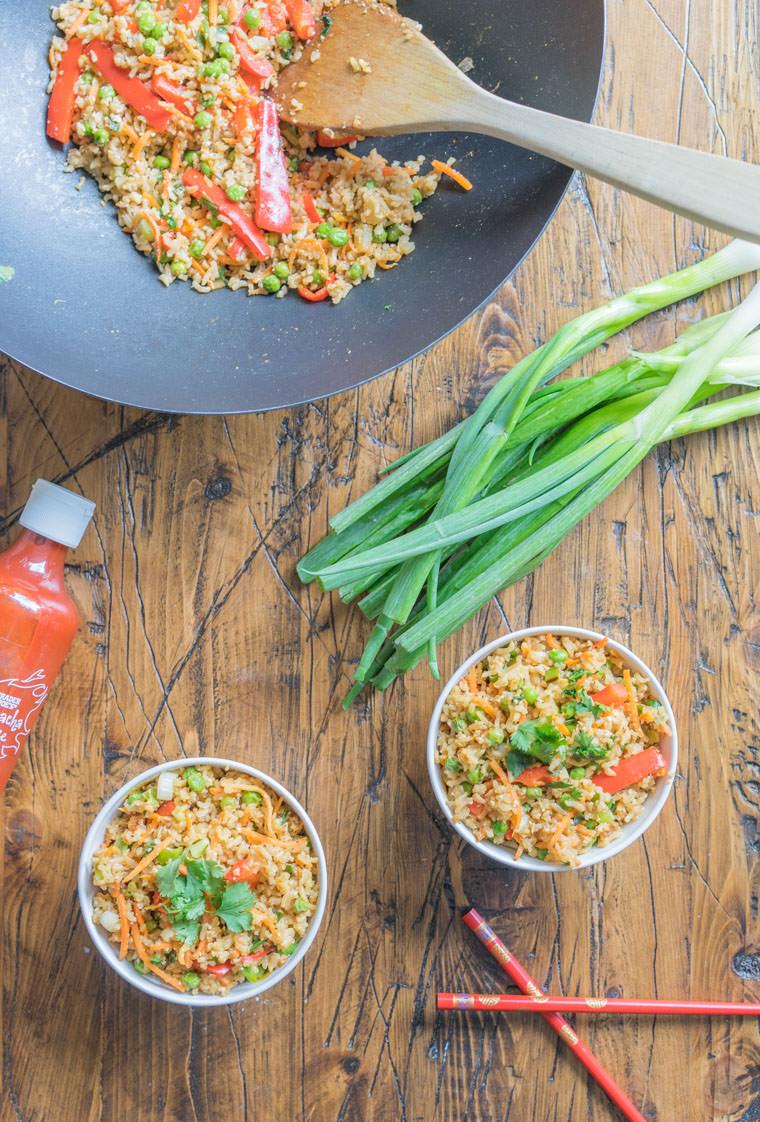 Due piatti con risotto alle verdure su un tavolo di legno, ricette estive secondi piatti