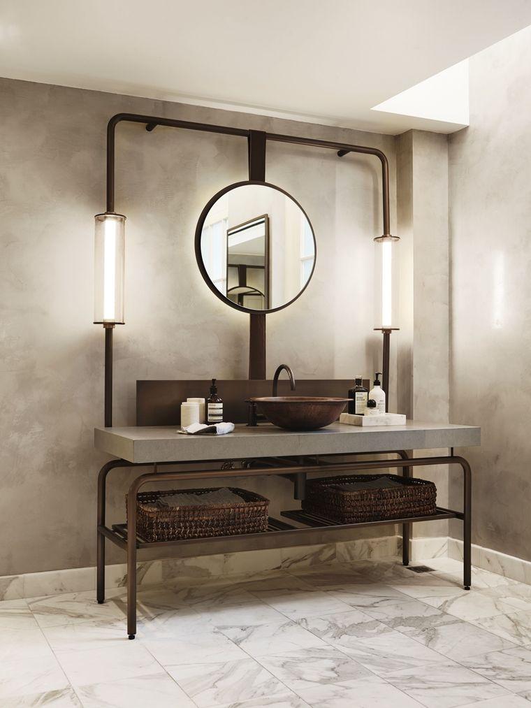 Mobile lavabo in metallo con mensole, idee rivestimento bagno con piastrelle in marmo