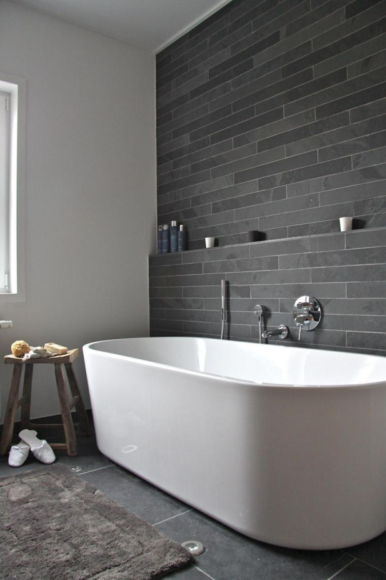 Piastrelle bagni moderni di colore nero, vasca freestanding e mobili decorativi di legno