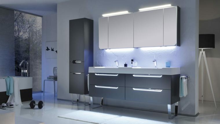Bagno arredato con mobili di colore grigio e specchi con retroilluminazione