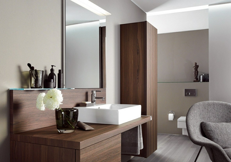 Come arredare un bagno moderno con mobile di legno e lavabo da appoggio