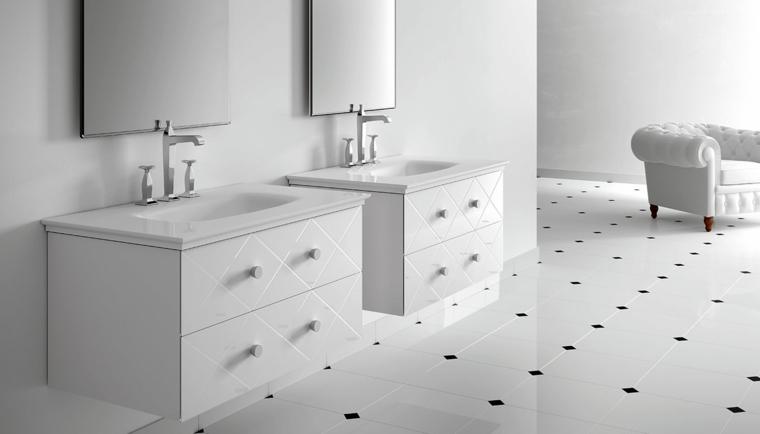 Bagno con due mobili di colore bianco lucido, rivestimenti bagni esempi con piastrelle di ceramica