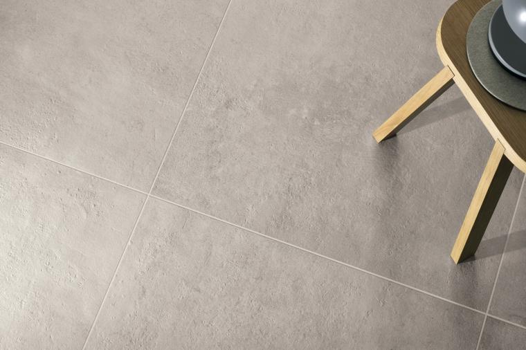 rivestimento pavimento con piastrelle abbinamenti color tortora tavolino di legno stile scandinavo