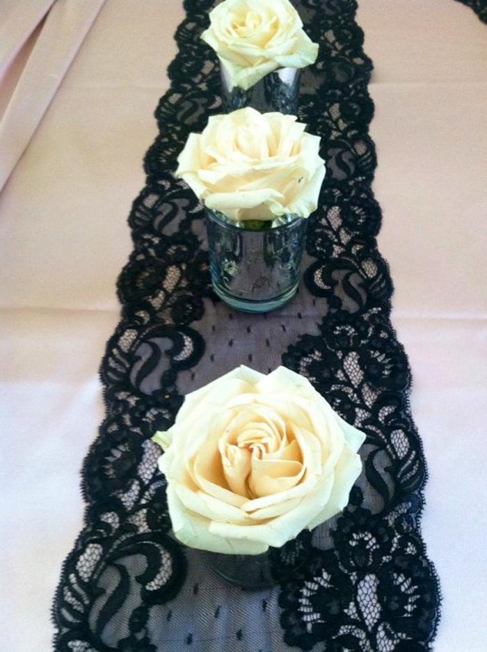Runner nero in pizzo, vasi con fiore, rose bianche