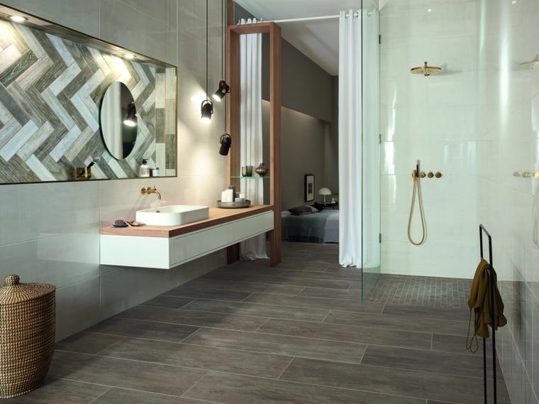 Sala da bagno con box doccia in vetro, mobile lavabo sospeso con lavabo da appoggio