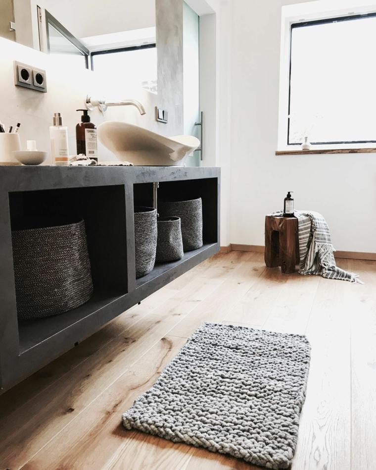 Bagno con pavimento in legno, mobile con nicchie e lavabo da appoggio