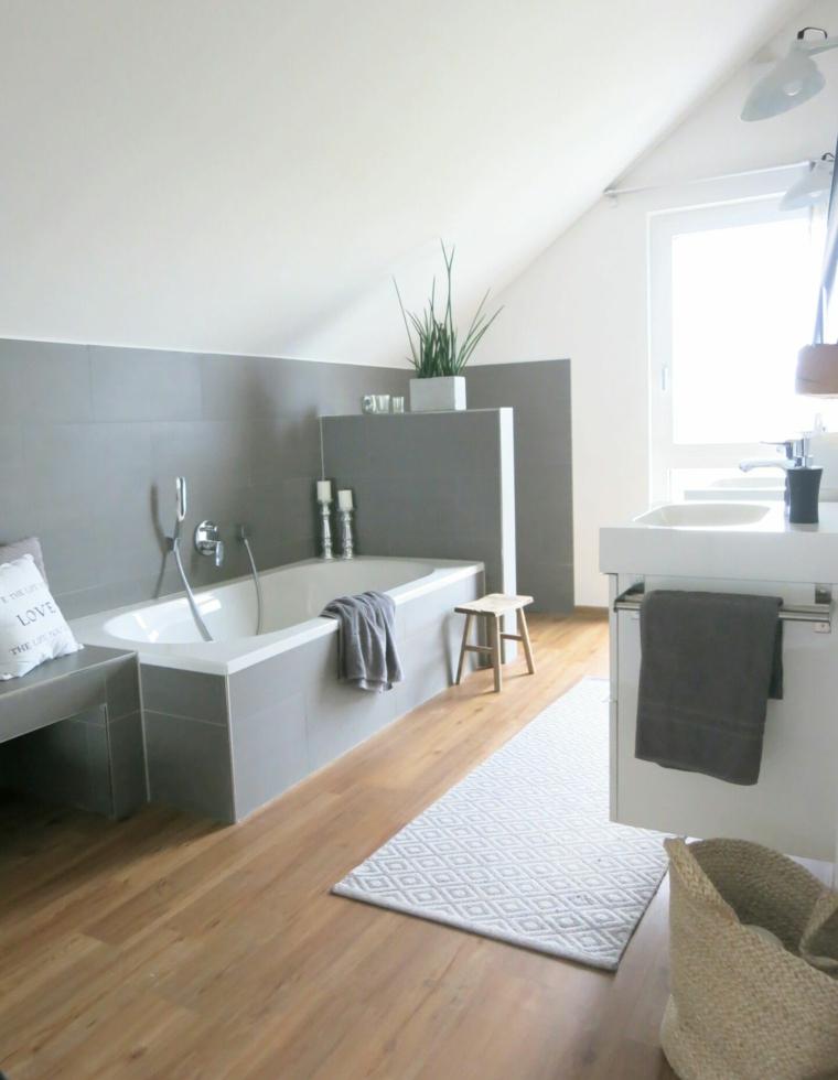 Sala da bagno con vasca rivestita in piastrelle, bagno con soffitto in pendenza