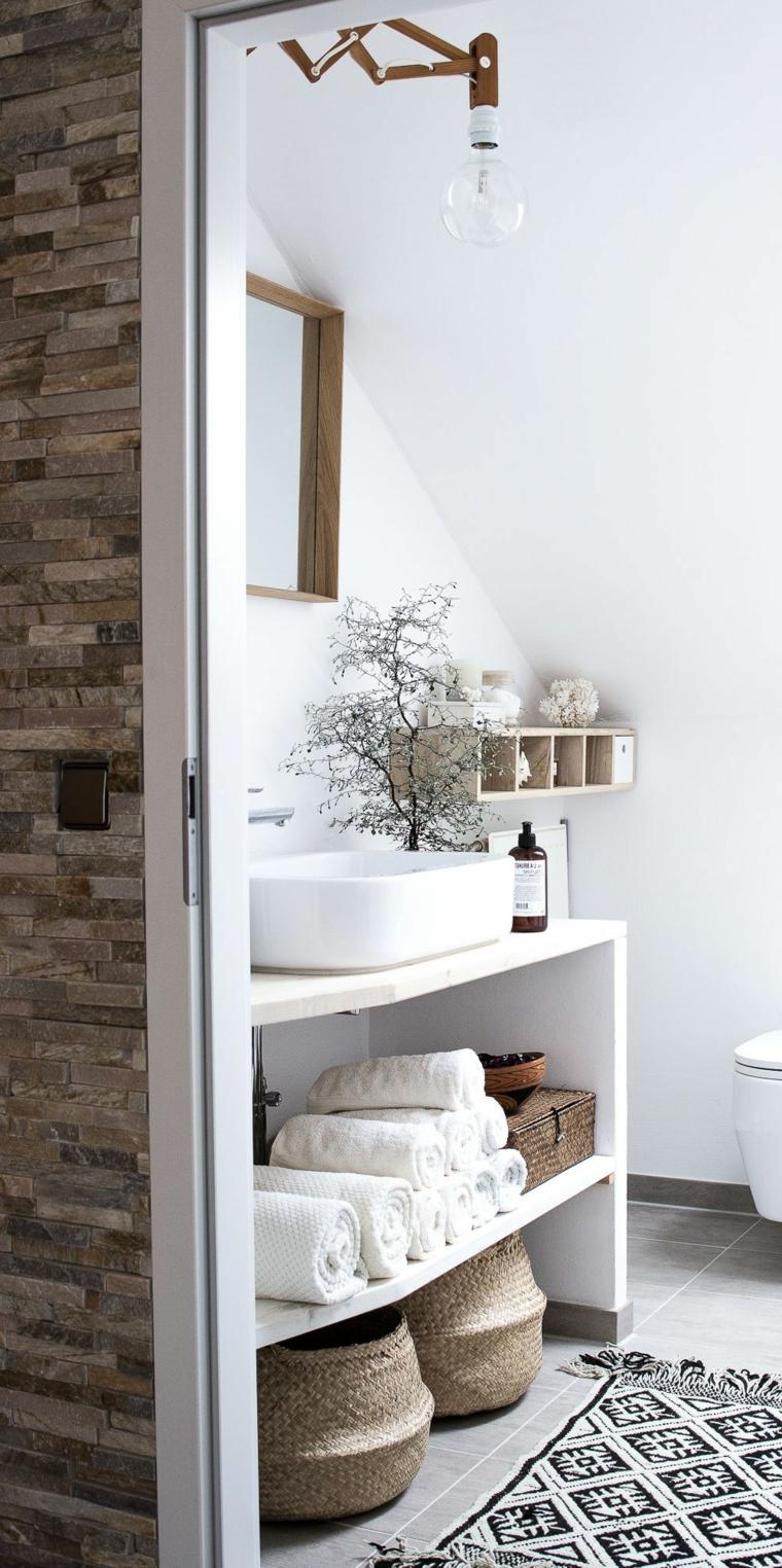 Mobile lavabo su un mobile di legno con scaffali, bagno con soffitto in pendenza