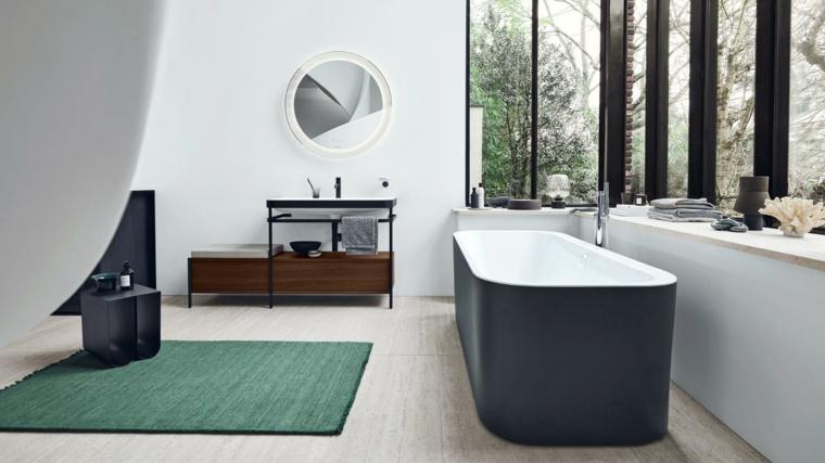 Sala da bagno con vasca freestanding, mobile lavabo con specchio sulla parete