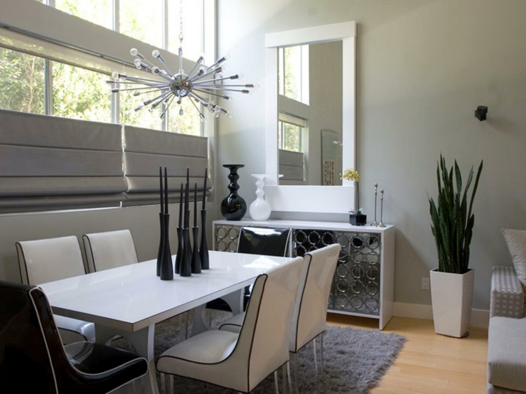 tavolo e sedie bianchi,pavimento in parquet chiaro, mobile bianco con antine a specchio e pareti color tortora chiaro