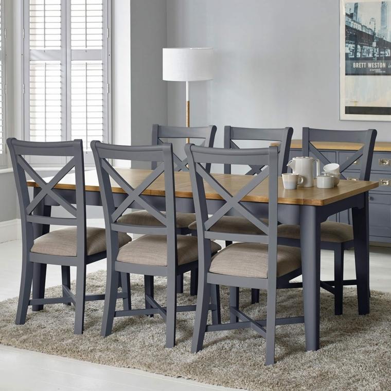 tavolo da pranzo e sedie tortora così come le pareti e la credenza, tappeto e seduta di una tonalità più chiara