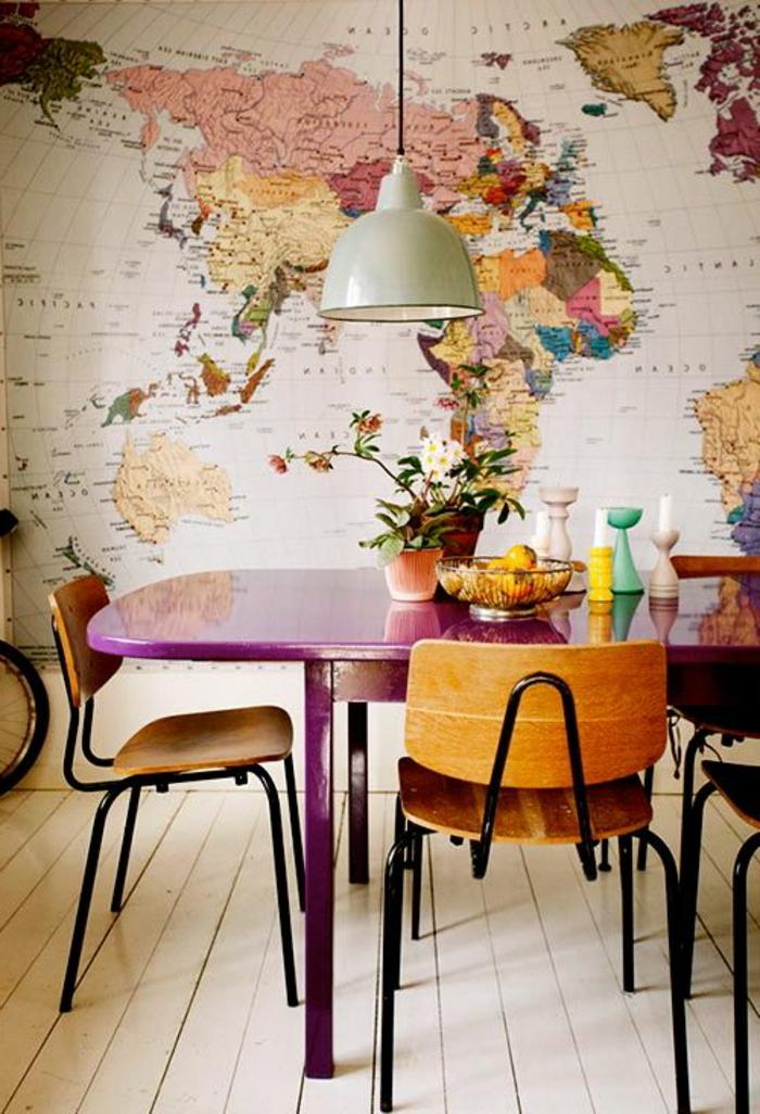 Idee per apparecchiare la tavola, tavolo di legno colore viola e vasi con fiori
