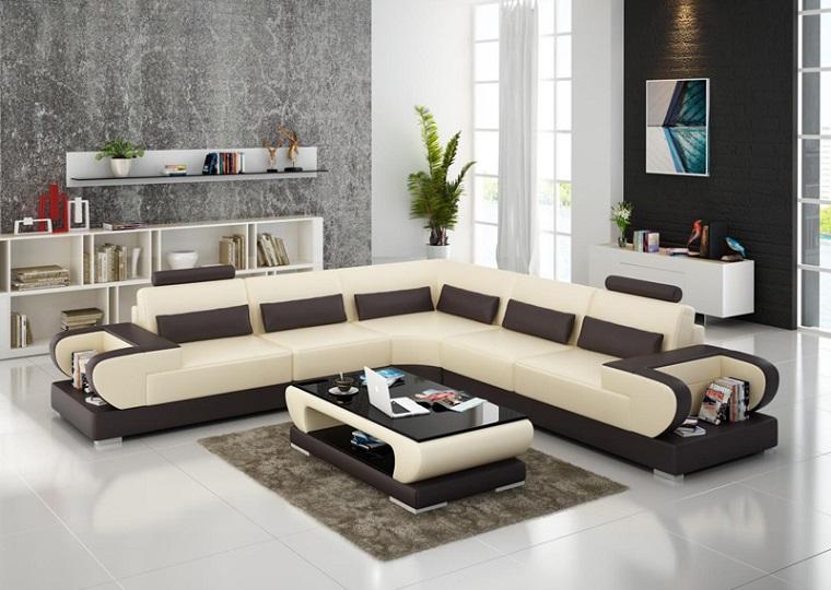 Arredare il soggiorno con un divano angolare di colore beige e tavolino abbinato