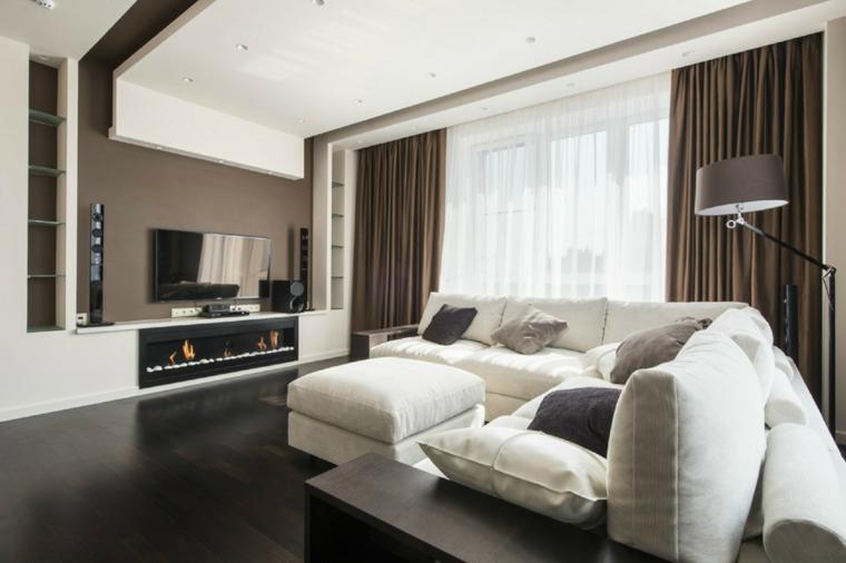 arredamento salotto con camino moderno, tv a parete, divano e puff bianco, parete e tende tortora