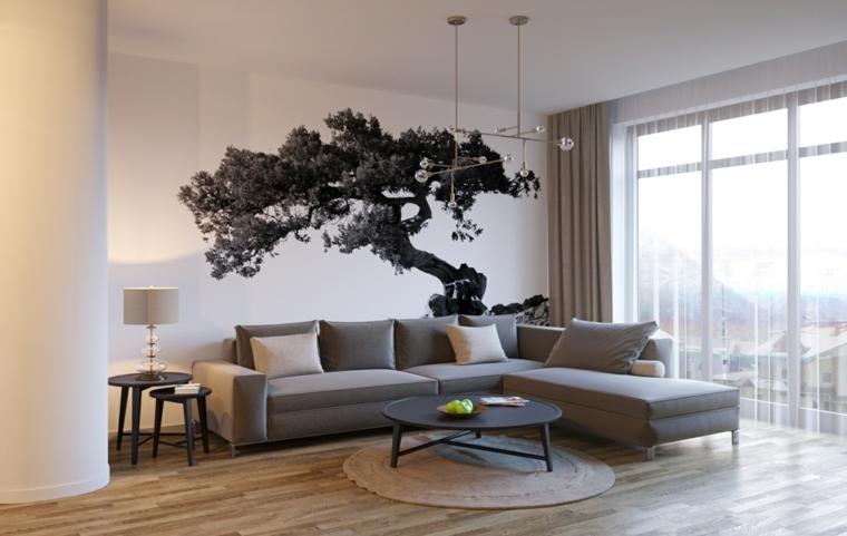 Parete bianca di un soggiorno decorata con sticker murale disegno albero, tende e colore del divano abbinati