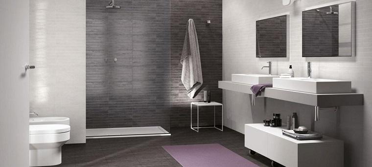 Abbinare il colore delle piastrelle del bagno, arredamento con cabina doccia e mobile sottolavabo