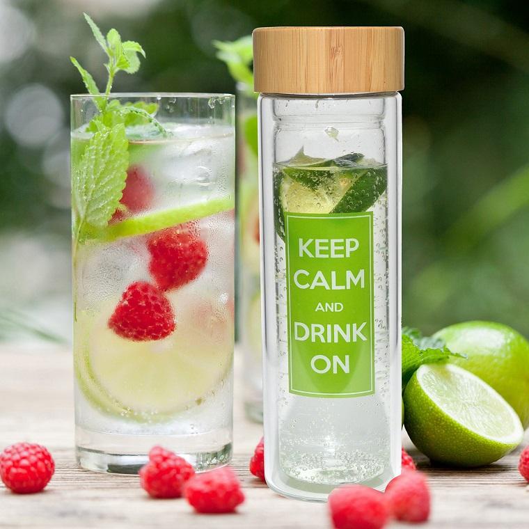 Borraccia di vetro con scritta keep calam and drink on, acqua aromatizzata a base di lamponi e lime